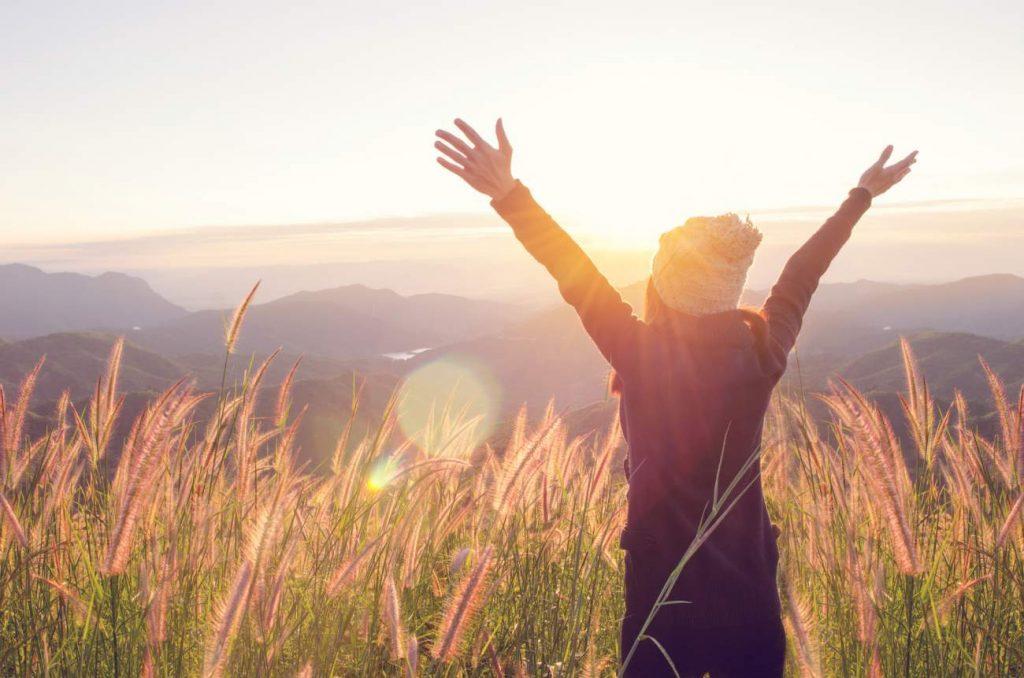 Junge Frau, Natur, Sonnenlicht, Offenheit, Wiese, frischer Wind, Frischluft, Lichteinfall, persönliches Glück finden, das persönliche Glück finden