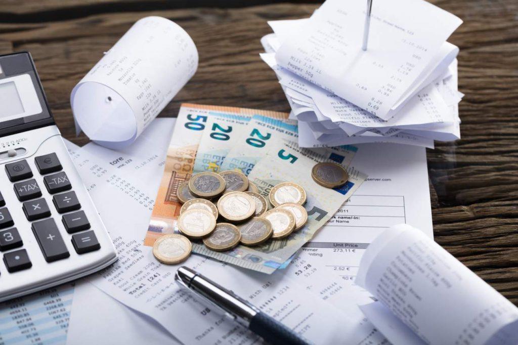 Schreibtisch, Geld, Bargeld, Cash, Abrechnungen, Zahlungsbelege, Steuererklärung, Kalkulation, das meiste rausholen, Tipps für die finanzielle Unabhängigkeit