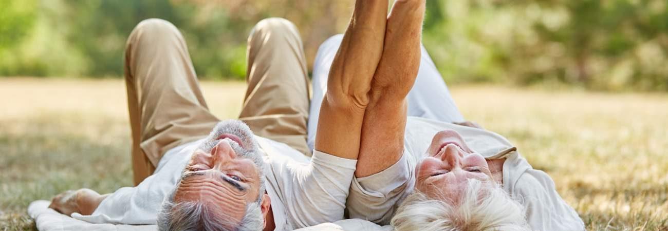 Beziehung, älteres Pärchen, Park, Decke, Lachen, Teamplayers, Händchen halten, langfristiges Beziehungsglück, Tipps, glückliche Partnerschaft
