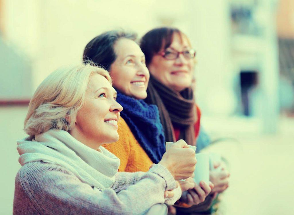 Frauen, Freundinnen, Kälte, draußen, Tassen, Tee, Kaffee, Heißgetränke, Blick nach Oben, Tipps für die persönliche Zufriedenheit