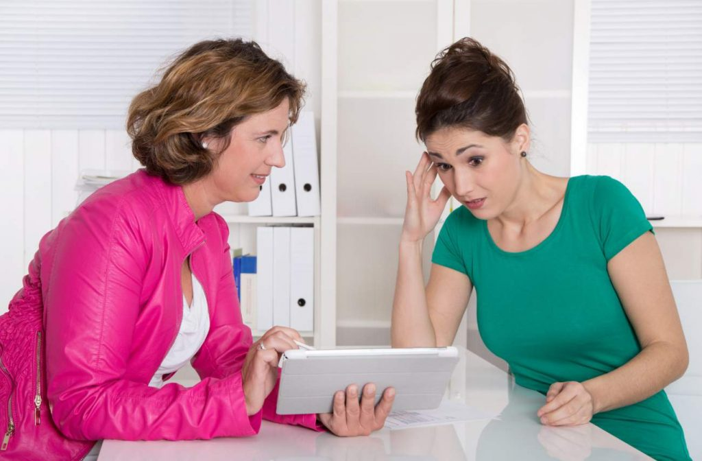 Frauen, Beratungsgespräch, geschockter Blick, Verzweiflung, Zahlen, Statistiken, iPad, Tablet, Durchrechnen, Kalkulation, ALtersvorsorge, Warum für das Alter vorsorgen, finanzielle Absicherung