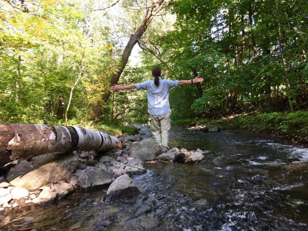 Wald, Mann, Wasser, Fluss, Bach, Baumstamm, Bäume, Grün, ausgebreitete Arme, Wege zur inneren Zufriedenheit, der Weg ist das Ziel, enjoy the ride